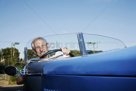 Aging process : Senior man traveling in the car
