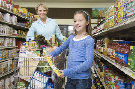 Supermarket : Single mother shopping with daughter