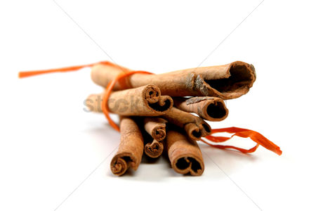 Pile : Tied bunch of cinnamon sticks