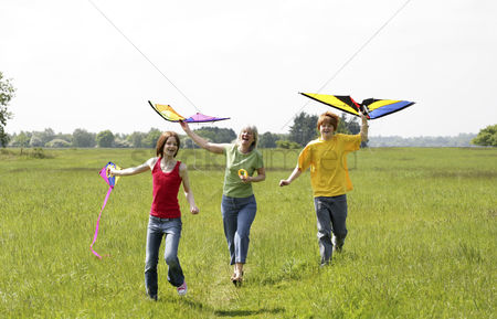 Lively : Woman and her children flying kites