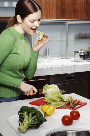 Housewife : Woman cutting vegetables in the kitchen