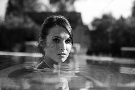 Travel : Woman in the pool