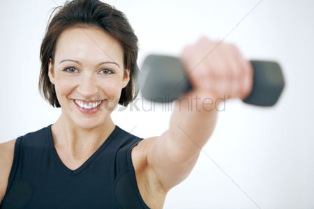 Mature : Woman lifting dumbbell