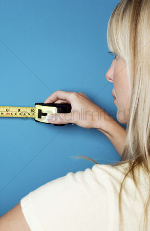 Fixing : Woman measuring the wall