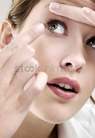 Careful : Woman putting on contact lens