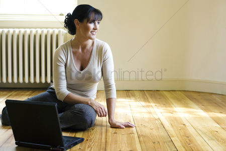 Internet : Woman sitting on the floor with laptop in front of her