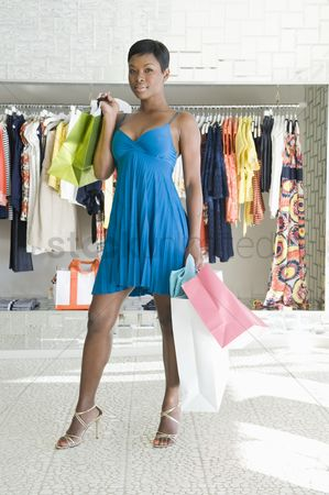 Gaze : Woman stands in clothes store with shopping bags