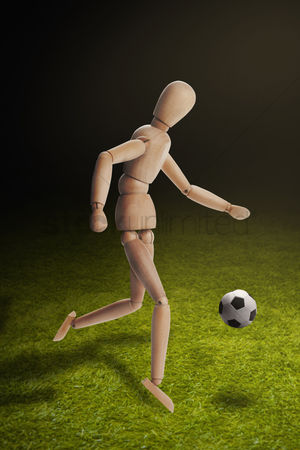 Pitch : Wooden dummy model playing soccer
