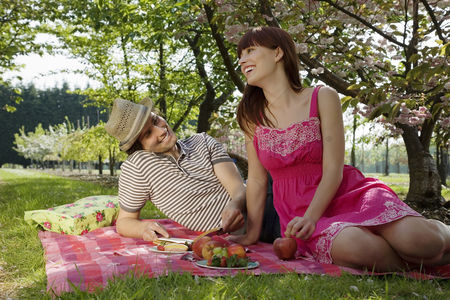 Spring : Young couple having a picnic