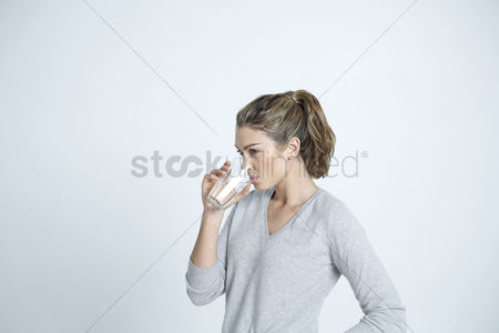 Ponytail : Young woman drinking water