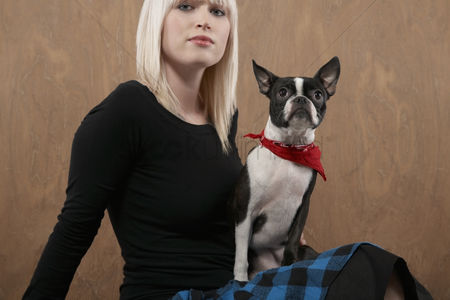 Bulldog : Young woman with french bulldog on lap